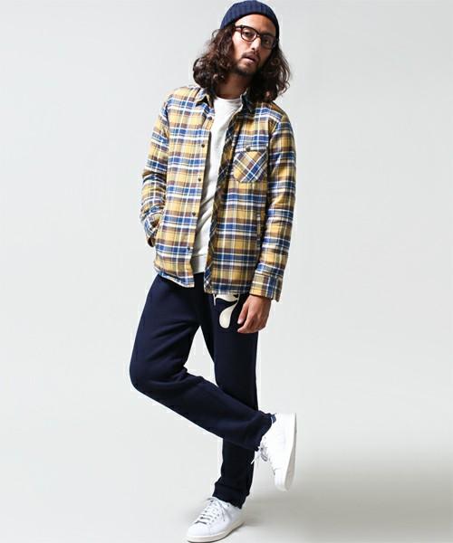 スウェットパンツ(ネイビー)×ネルシャツ×スニーカー