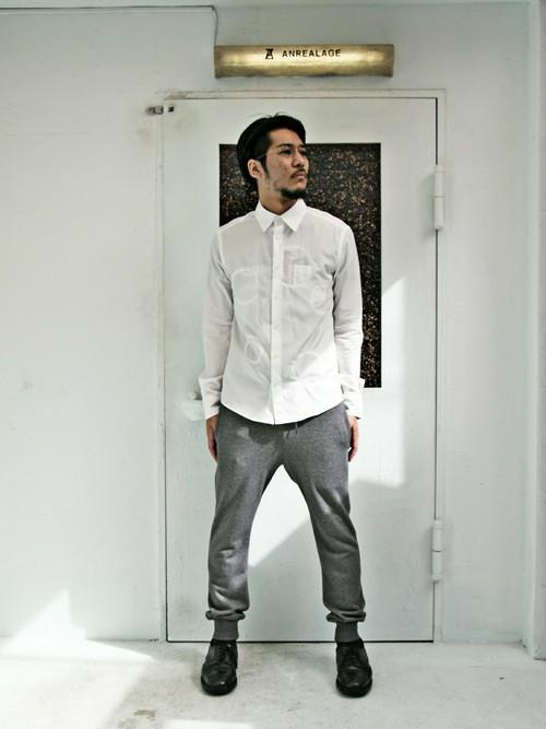 スウェットパンツ(グレー)×シャツ×レザーシューズ