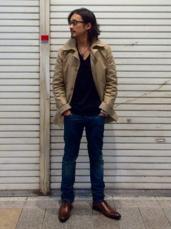 ジャケット(トレンチ)×ブラックカットソー×デニム×レザースニーカー