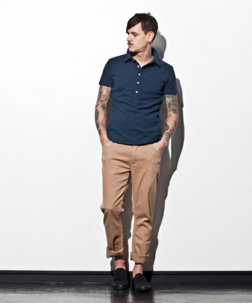ネイビーポロシャツ×ベージュパンツ