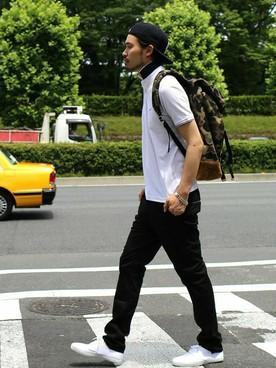白ポロシャツ×黒パンツ×スニーカー