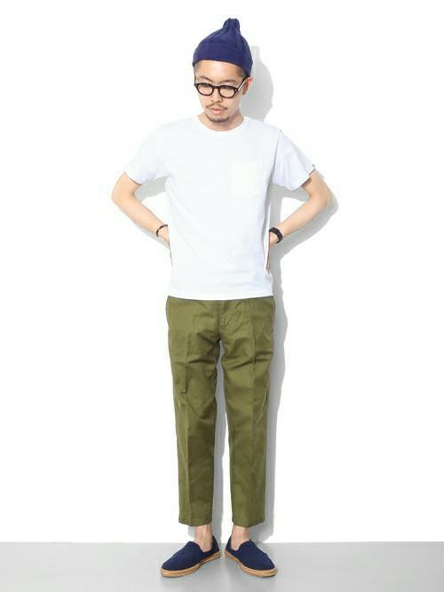 無地Tシャツ×カーゴパンツ