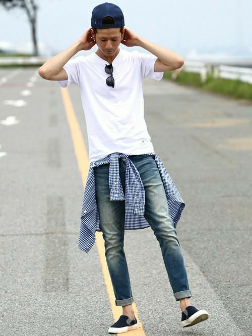 白カットソー×チェックシャツ×デニム×スリッポン