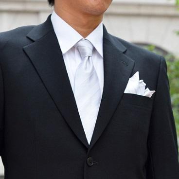 ホワイトストライプのネクタイの画像