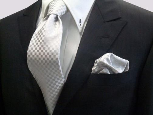 シルバーのポケットチーフの画像