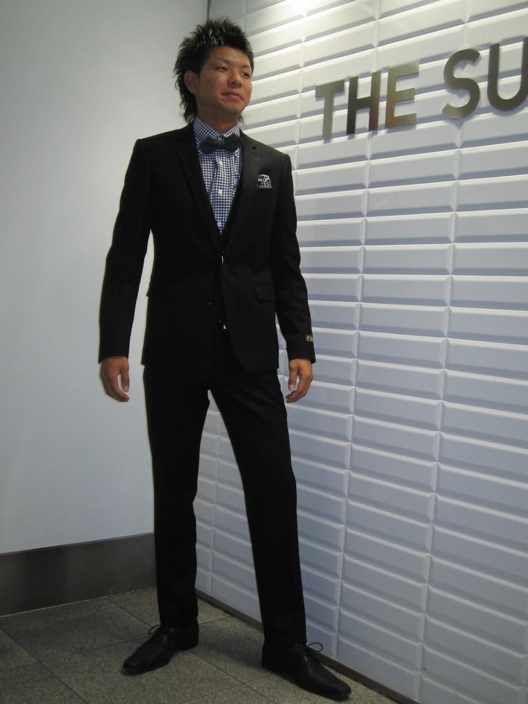 ブラックのスーツの全身着用画像
