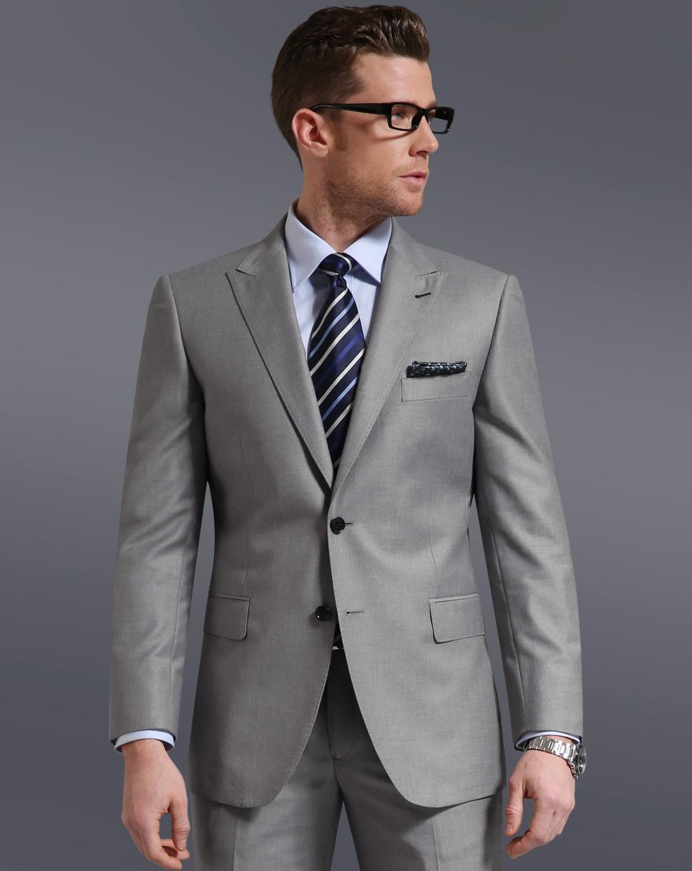 グレーのスーツの着用画像