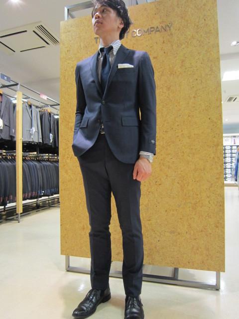 ネイビーのスーツの着用全身画像
