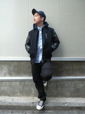 ネイビースタジャン×パーカー×ブルーシャツ×ブラックパンツ