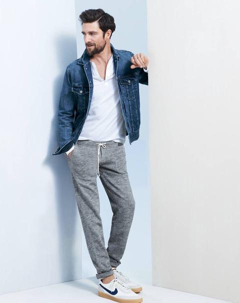 デニムジャケット×白スキッパーシャツ×スウェットパンツ