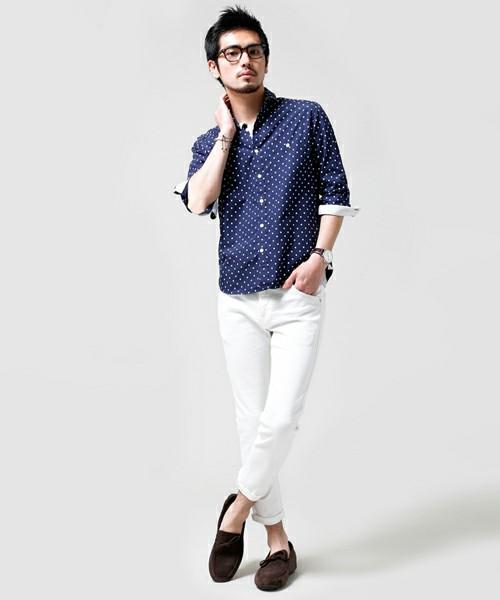 ネイビードットシャツ×白パンツ