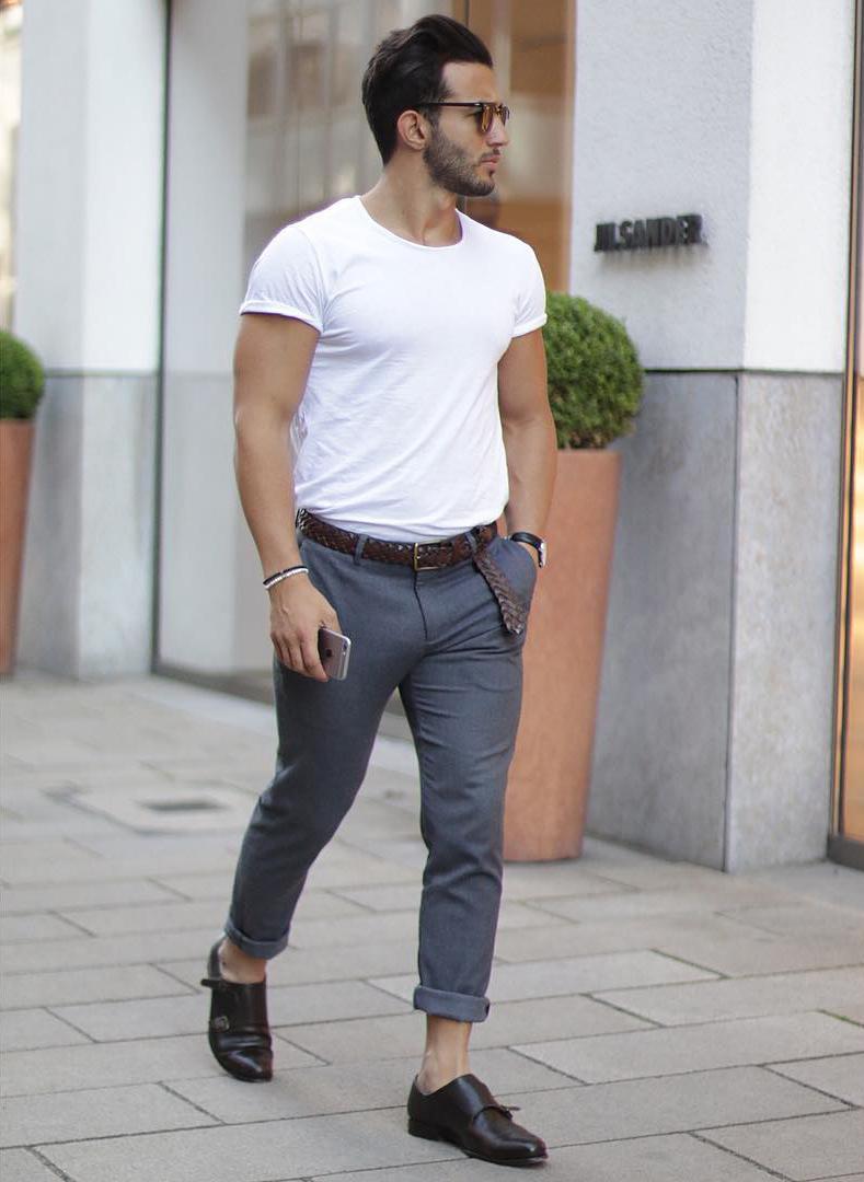 白カットソー×グレーパンツ×革靴
