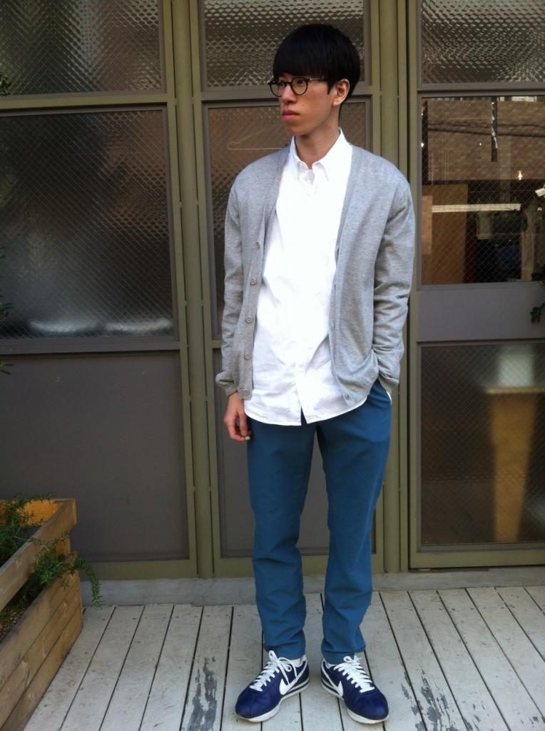 グレーカーディガン×白シャツ×スウェットパンツ