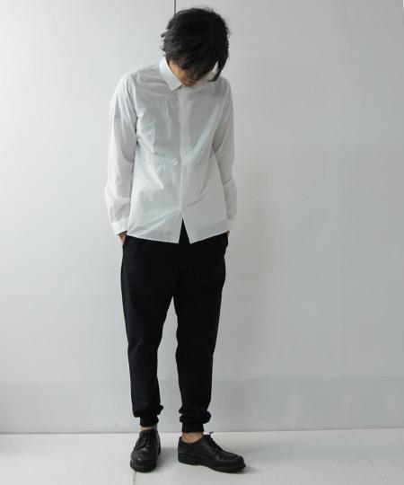 白シャツ×黒ジョガーパンツ