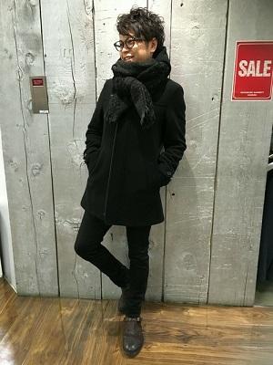 コート×ブラックパンツ