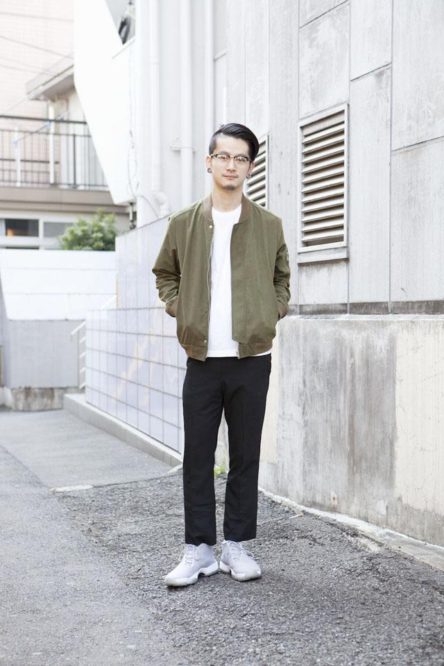 カーキMA-1×白カットソー×黒パンツ