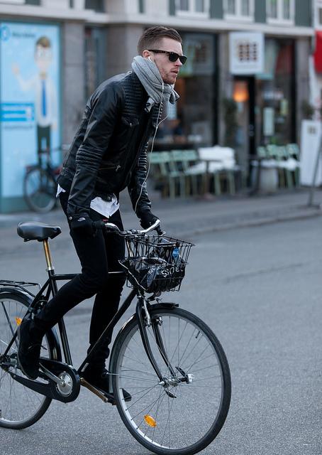 ライダースジャケット×白シャツ×黒パンツ