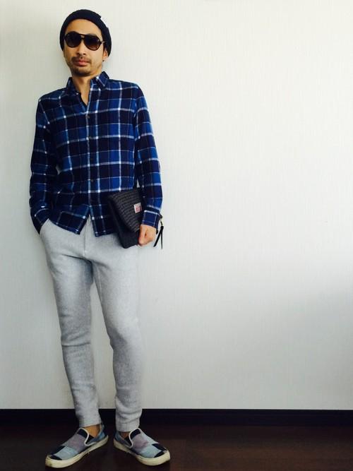 チェックシャツ×スウェットパンツ