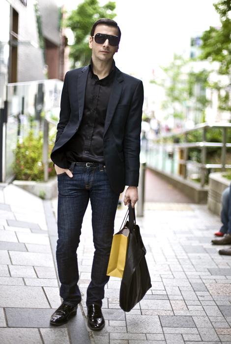 ブラックジャケット×ブラックシャツ×ネイビージーンズ