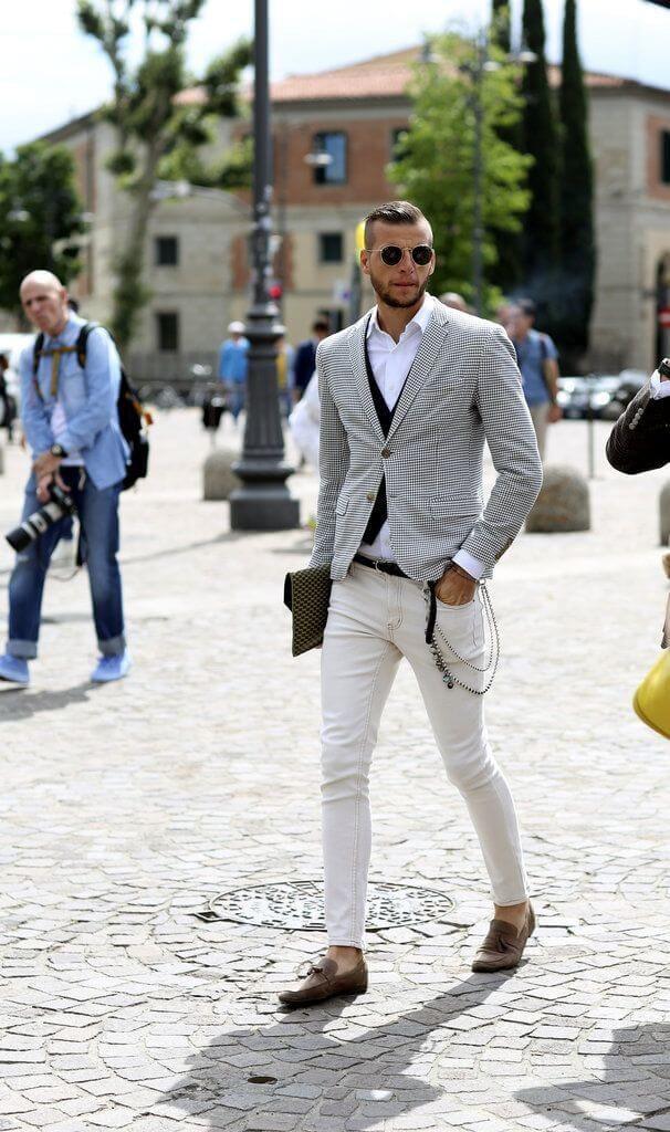 グレージャケット×ホワイトシャツ×ホワイトジーンズ