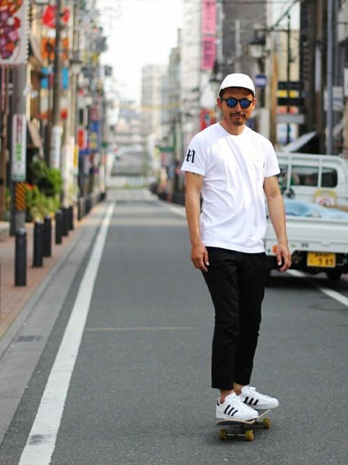 白キャップ×白カットソー×黒パンツ