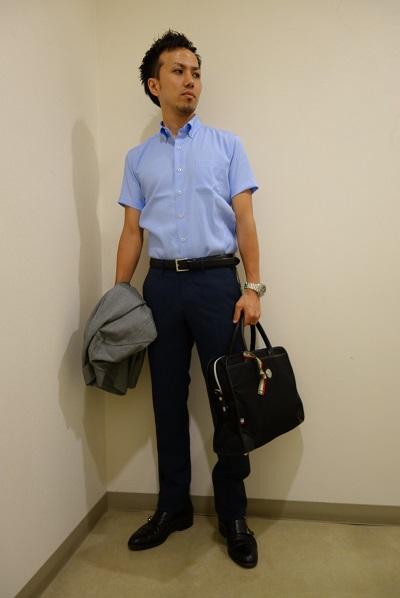 サックスシャツ×黒スラックス