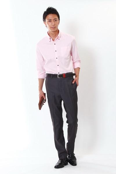 ピンクシャツ×黒スラックス