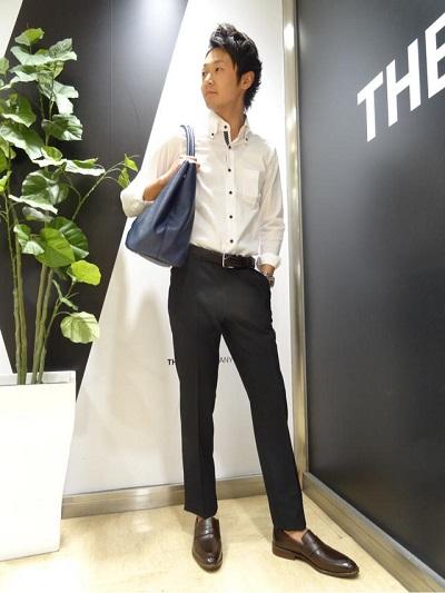 白シャツ×黒スラックス