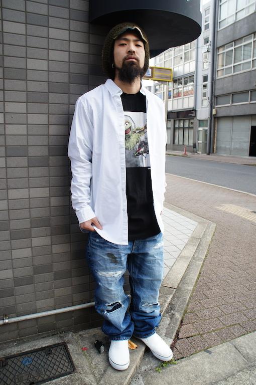 白シャツ×黒カットソー×デニム
