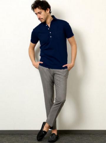 ネイビーポロシャツ×グレーパンツ