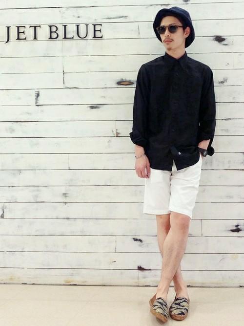 ブラックシャツ×ホワイトパンツ