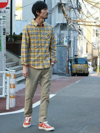 黄色チェックシャツ×カットソー×チノパン×スニーカー