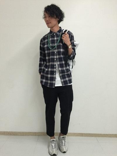 黒チェックシャツ×カットソー×テーパードパンツ×スニーカー