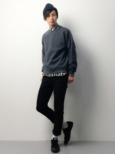 黒チェックシャツ×トレーナー×ブラックパンツ×スニーカー