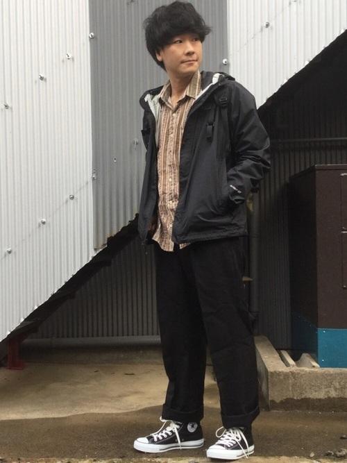 マウンテンパーカー×シャツ×黒パンツ