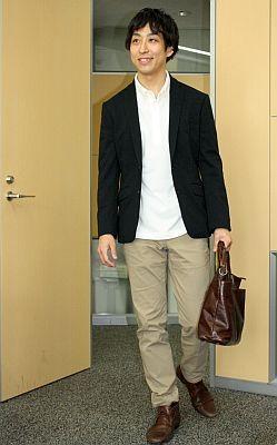 黒ジャケット×白ポロシャツ×ベージュパンツ