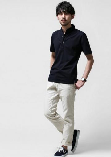 黒ポロシャツ×ベージュパンツ