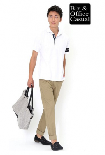 白ポロシャツ×ベージュパンツ