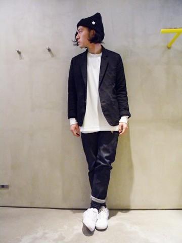 黒ジャケット×白カットソー×デニム