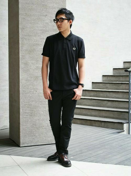 黒ポロシャツ×黒パンツ