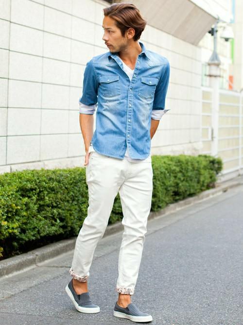 デニムシャツ×白パンツ