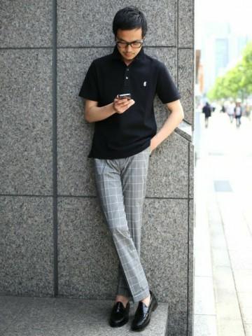黒ポロシャツ×グレーチェックパンツ
