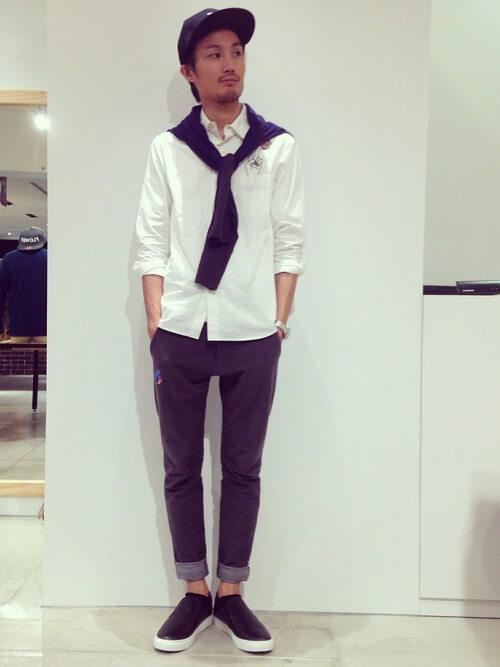 オーストラリア発のファッションブランド「カミラ アンド マーク」のテーラードジャケットを肩から羽織り、「オロトン」のクロスボディバッグを斜めがけにオン。