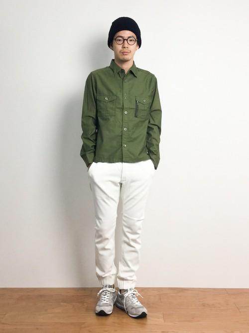 ミリタリーシャツ×ホワイトパンツ