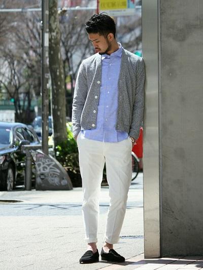 カーディガン×シャツ×ホワイトパンツ×スエードローファー