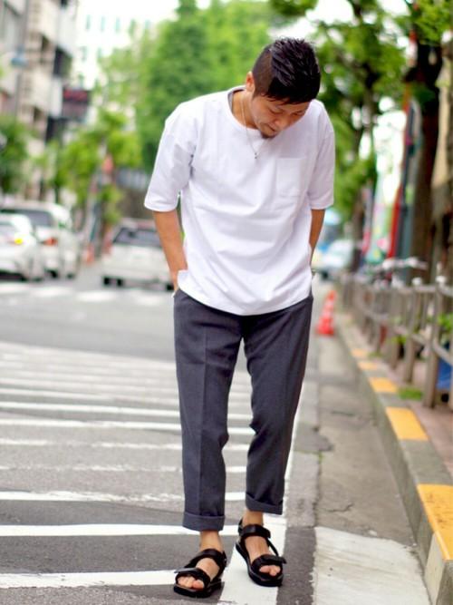 無地Tシャツ×スラックス×スポーツサンダル
