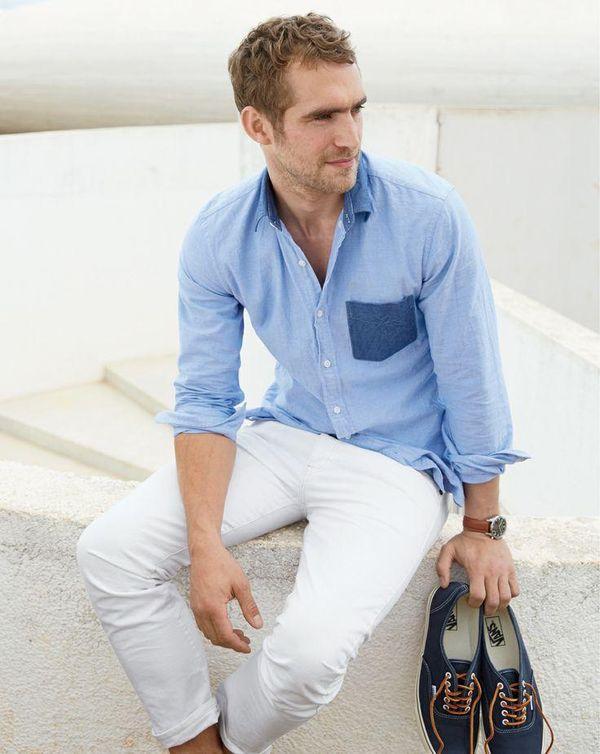 青シャツ×白パンツ