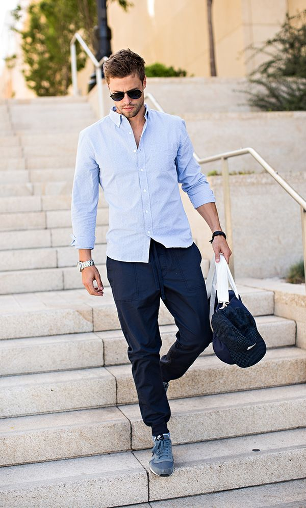 サックスシャツ×ネイビーパンツ