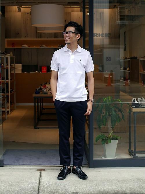 白ポロシャツ×黒パンツ