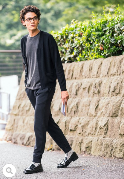 黒カーデ×黒パンツ